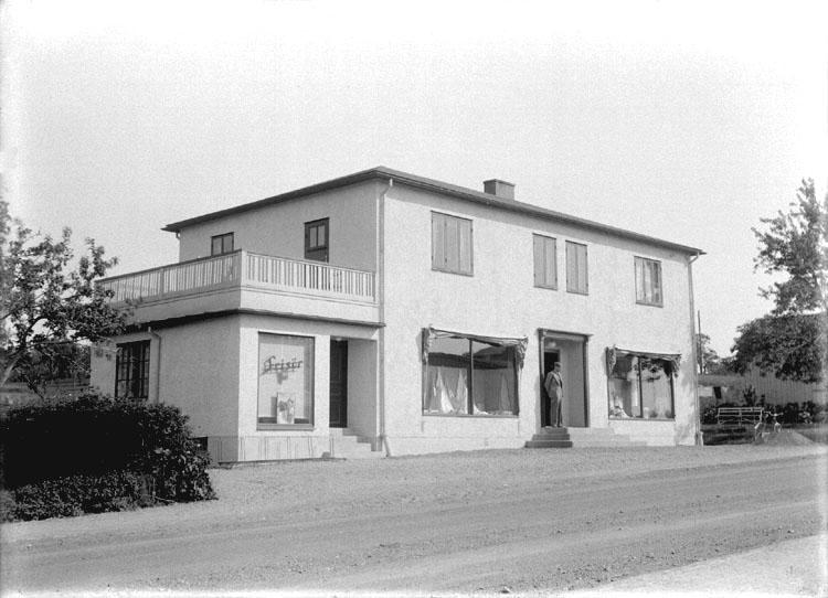 """Enligt senare noteringar: """"Schewenius manufaktur, Stalevägen 78. Huset blev ombyggt till detta utseende 1936. Det hade en tid varit bostadshus och nu blev det affär i första och bostad i andra våningen, samt plats för Sven Svenssons frisersalong.  Affären drevs av syskonen Ester och Elof Schewenius. Huset byggdes även om 1960. Affären drivs idag av Marianne Schewenius, sonhustru till Elof och Karin Schewenius."""" (BJ)"""