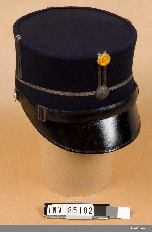 Grupp C I.  Ur uniform bestående av vapenrock m/1895 med axelklaffar m/1899 (överstruken), g.o. 11/4 1895, byxor, rid-, uniformsmössa m/1865-99, stövlar med sporrar.