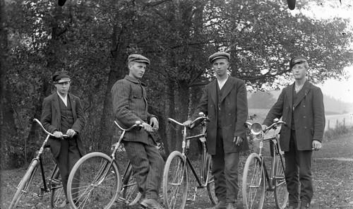 Män med cyklar vid Kvistrum