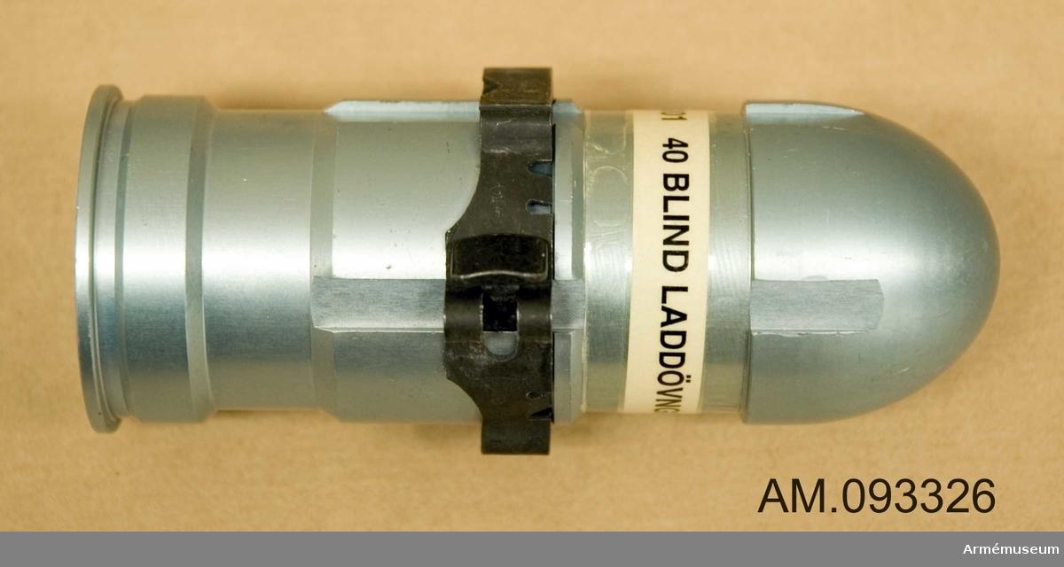 M4950-402301. Granat och hylsa är gjorda i ett stycke av ljusblå aluminium, påsatt finns en länk. Blind.