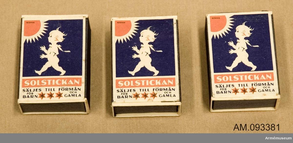 3 stycken tändsticksaskar med tändstickor. På ena sidan motivet Solstickan och på andra sidan ett motiv som illustrerar hur en monsterliknande varelse gräver sig upp ur jorden mot ett litet samhälle med bostadshus, svensk flagga, kyrka och fabrik.