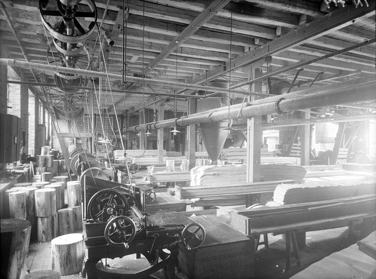 """Enligt tidigare noteringar: """"Interiör från Uddevalla Tändsticksfabrik. Innerasktillverkningssalen."""""""