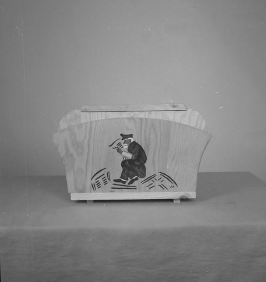 """Text till bilden: """"Lampindustri. Lysekil. Tidningsställ. 1945.12.04""""."""