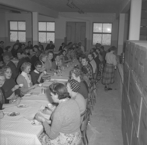"Text till bilden: ""Gullmaren Presewing. Gasmaskfabrik. Fest. 1954""           i"