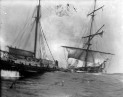 Bärgning av besättning i hög sjö.