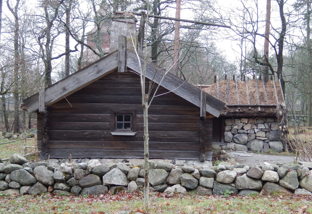 """Hornborgastugan består av en bostadsdel; en enkelstuga, en fähusdel samt en lada, sammanbyggda i vinkel. Bostadsdelen och fähuset är timrat. Ladan har väggar av gråsten och skiftesverk. Taket är av halm, på bostadsdelen hålls halmen fast av torv, på ladudelen hålls halmen fast av sk """"poller"""", ett gallerverk av trästörar som hänger över ryggåsen.   Byggnaden flyttades till Skansen 1898 från Hornborga by i Västergötland. Stugan var ett så kallat """"husmansställe"""" under Deragården och låg invid """"Grannasbacken"""", byns allmänna samlingsplats."""