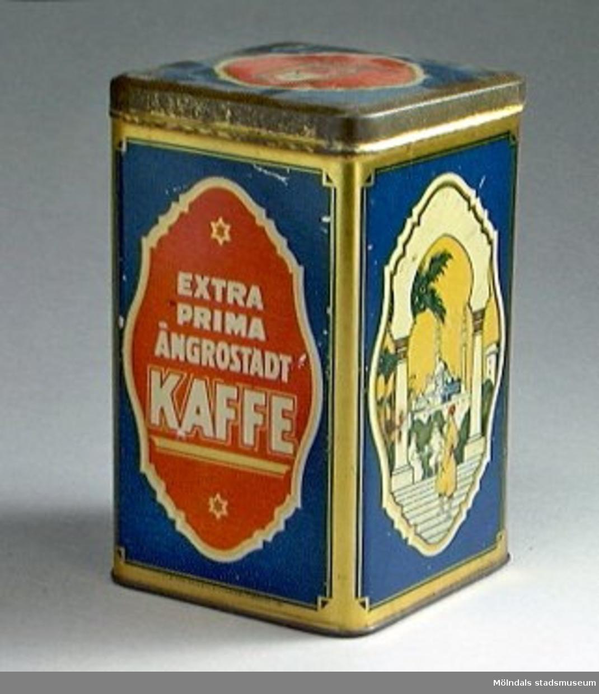"""Kaffeburk med fastsittande lock. Påtryckt dekor med orientaliskt motiv och texten: """"Extra prima ångrostat kaffe"""" och """"Aktiebolaget förenade köpmän"""". Dekoren i blått, rött, grönt, vitt och guld.Tillverkad av Hugo Brusewitz Bleckvarufabrik i Göteborg."""