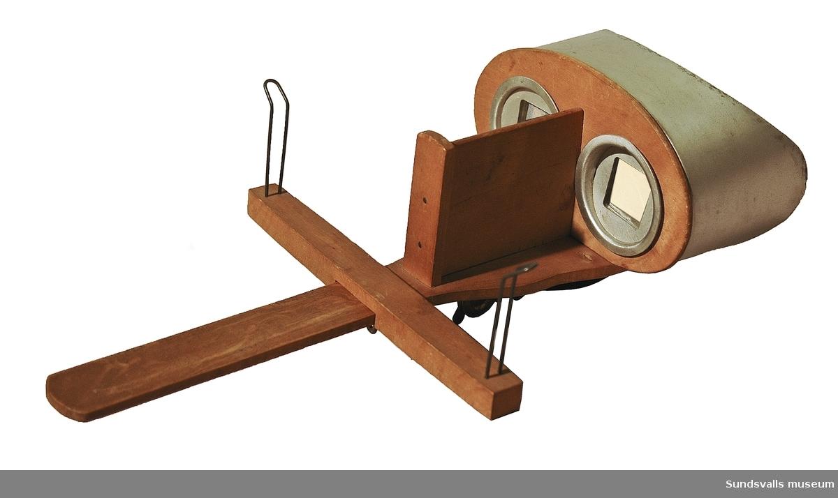 Stereoskop med ögonskydd i metall. 'NGP' är stämplat på undersidan, förmodad tillverkare.