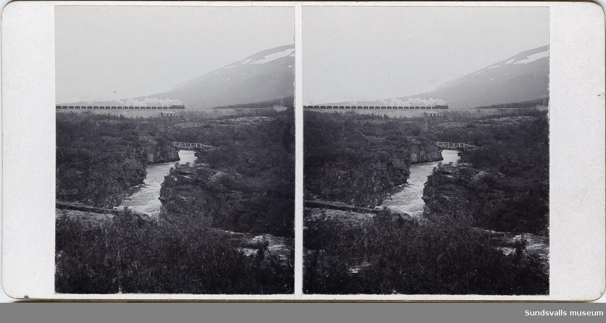 Del av serie med stereoskopbilder bestående av två fotografier klistrade på kartong. Stämplad Erik Zetterberg, Rönninge, på baksidan. Uppgifter om årtal, datum, nummer i bildserie, samt på några även uppgifter om motiv.