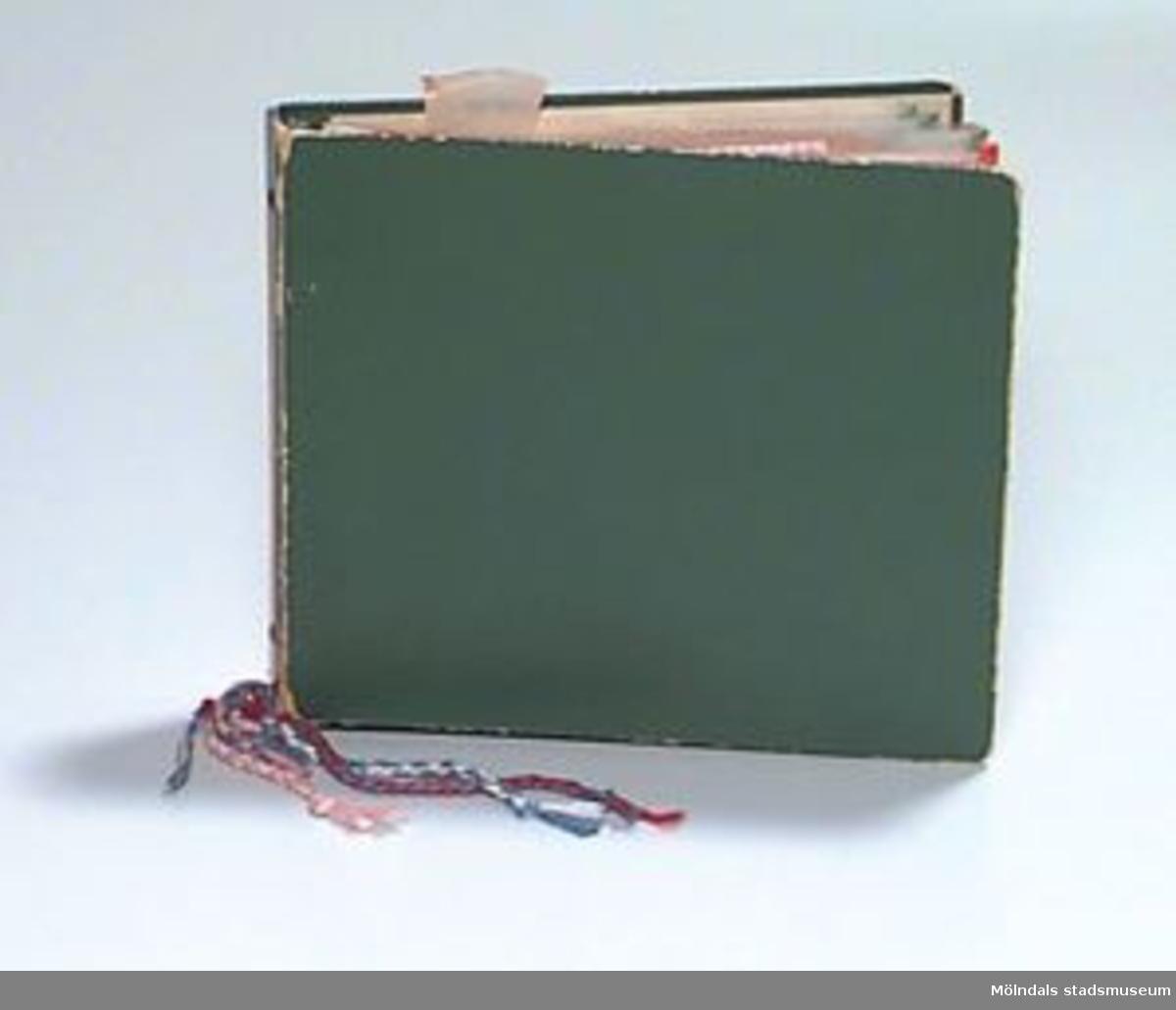 En grön pärm i papp. I pärmen finns mönster och broderade tygprover som ligger i plastfickor. Runt ringarna i pärmen hänger tvinnade garntrådar. Undervisningsmaterial för åk 3 och 4. Samhör med 02653 - 02661. Ytterligare uppgifter se 02643:1.