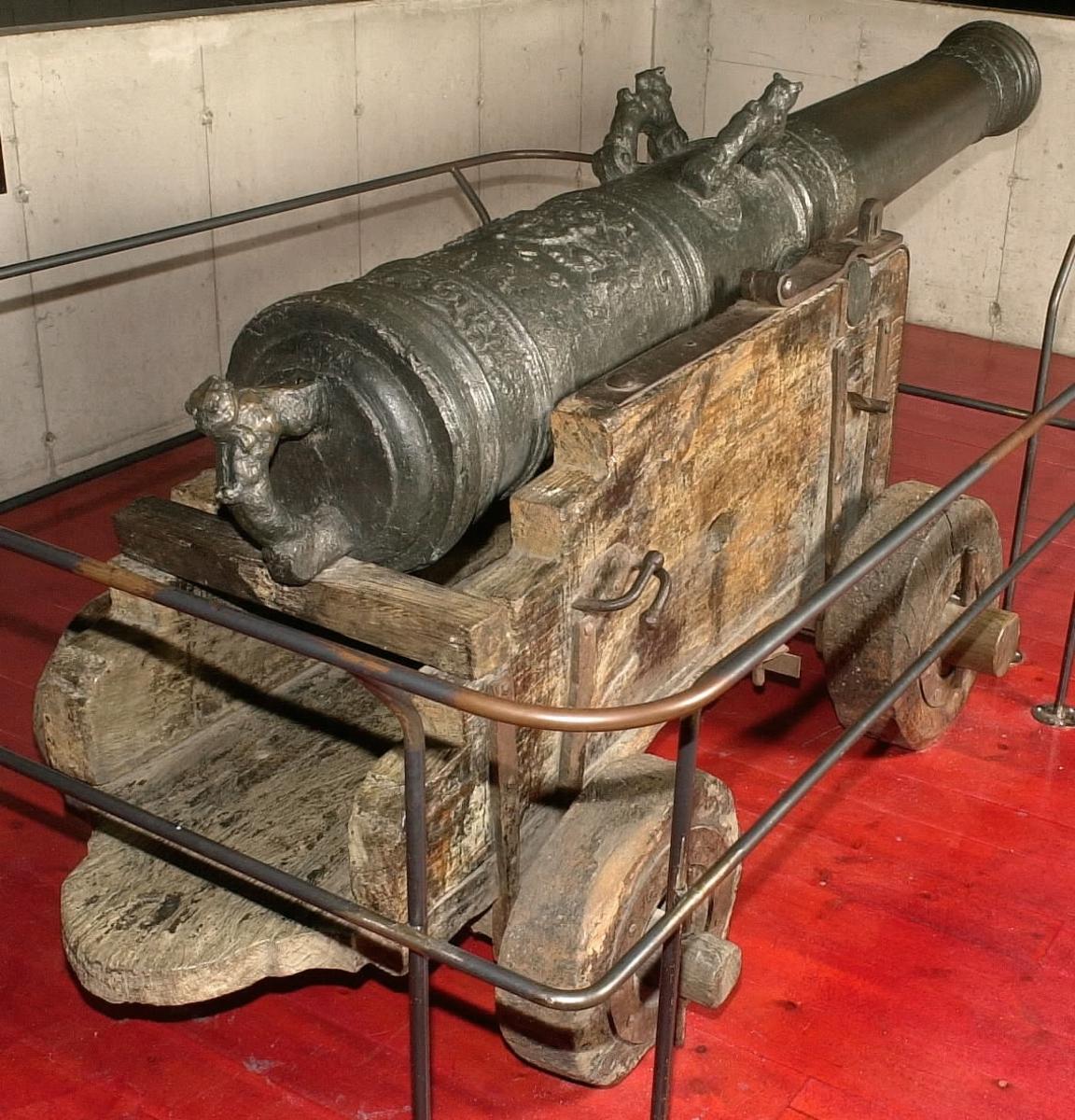 Kanonrör av brons. Gjutet riksvapen med initialerna G.A.R.S och årtalet 1626. Framför axeltappen finns ornament och Vasekärven. Vid mynningen finns akantusblad och sjöhästar. Siffrorna 9 2 12 finns inristade strax bakom delfinerna.