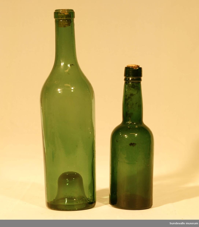 SuM 4982:1-3 tre flaskor. SuM 4982:1 och 4982:3 har gröntonat glas och kork och mäter 26,5 cm, respektive 19 cm på höjden. SuM 4982:2 har bruntonat glas och är 20 cm hög.