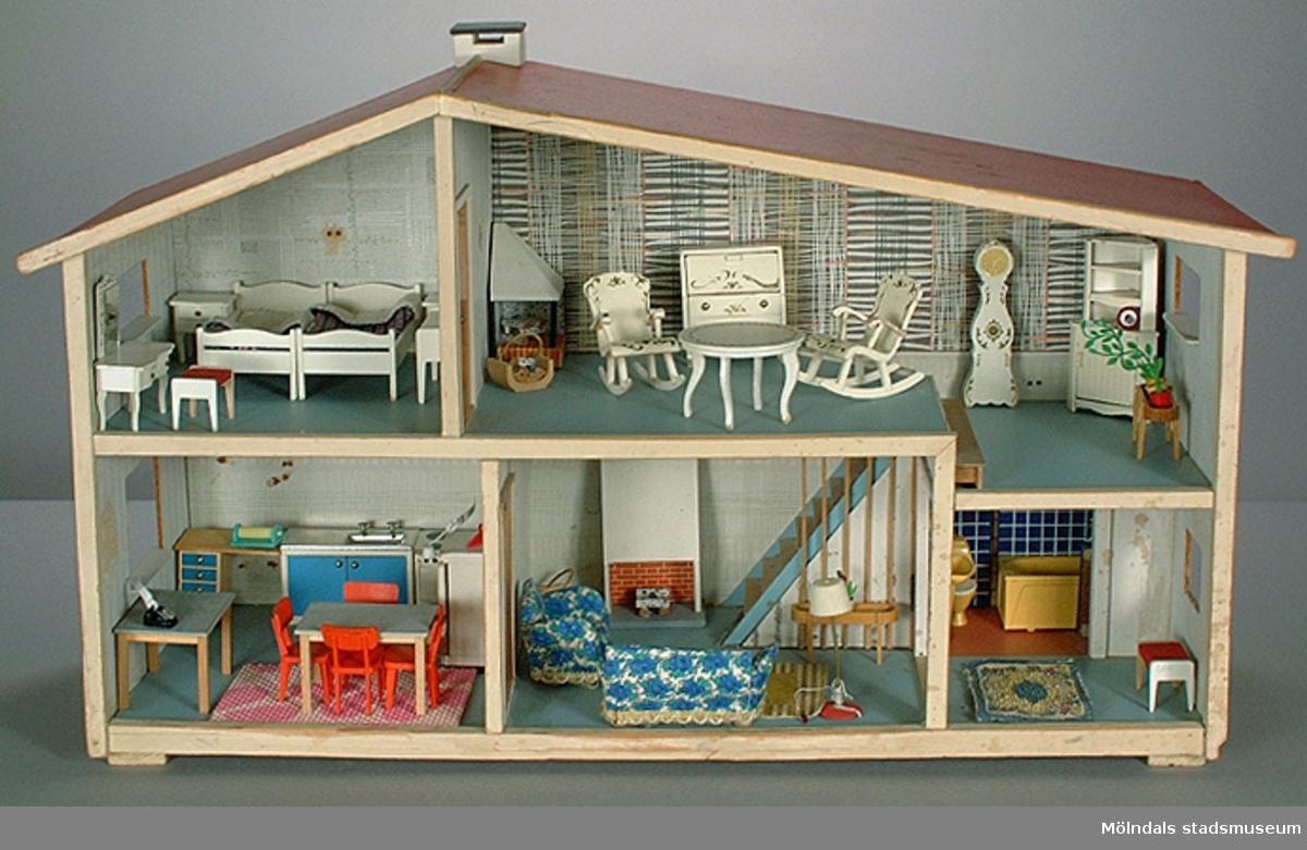 """Sängbord, 2 st, som hör till dockskåp MM03740:1.Givaren hade dockskåpet tillsammans med sin tvillingsysterBirgitta (Bibi). Det var en gåva från mormor, och ingen av kamraterna hade ett så fint dockskåp. Givaren berättar att hon lekte med dockor """"långt efter att andra slutat"""".Familjen bodde på Lekskolegatan i Mölndal. Mamman var hemmafru tills givaren var 17 år. Pappan var byggnads-ingenjör."""