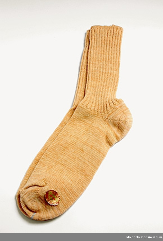 1 par beiga bomullstrumpor. Slätstickad i foten och resårstickning vid vristen.Svensk normalstorlek 37-39.