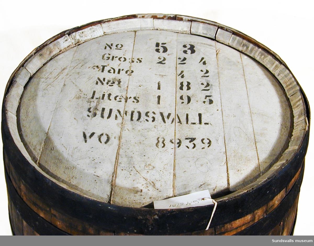 Tunna i ek med järnbeslag, rymmer 195 liter. På tunnan är det angivet innehåll & destination: Kubarom från Havanna med destination till Sundsvall med uppgift om kajplats, gross, part o.s.v.