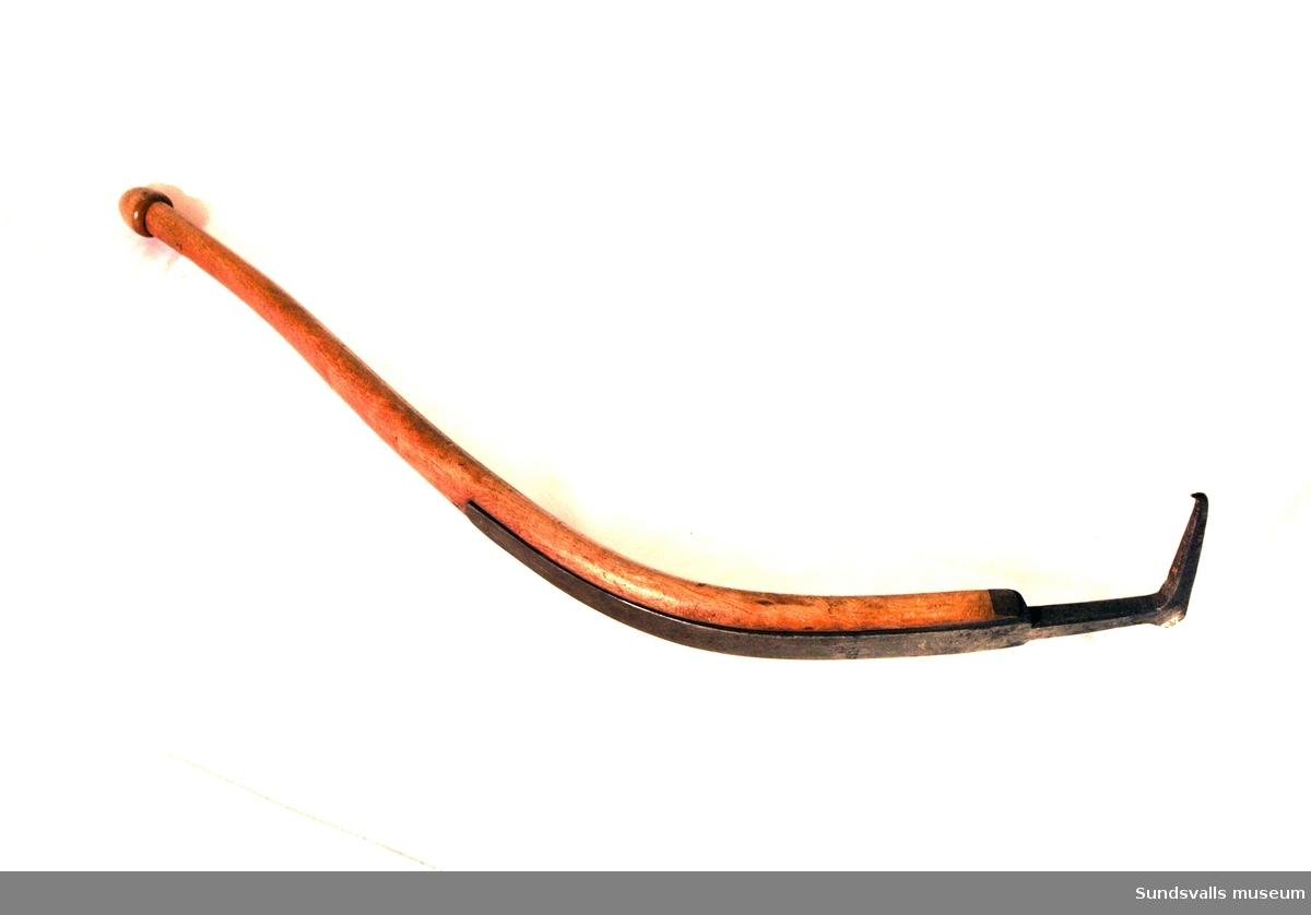 Bärkäpp med järnkrok och böjt träskaft. Bärkäppen (bärspaken) användes av stabbläggarna vid sågverken till att styra de plankor man bar på axeln.