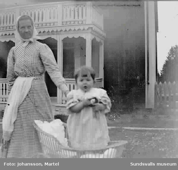 Ingeborg Muhr som spädbarn med sin mor Kristina.