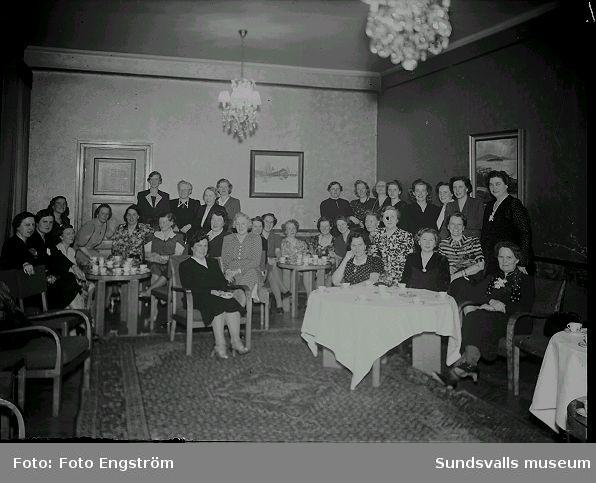 Grupporträtt, kvinnor samlade vid dukade kaffebord.