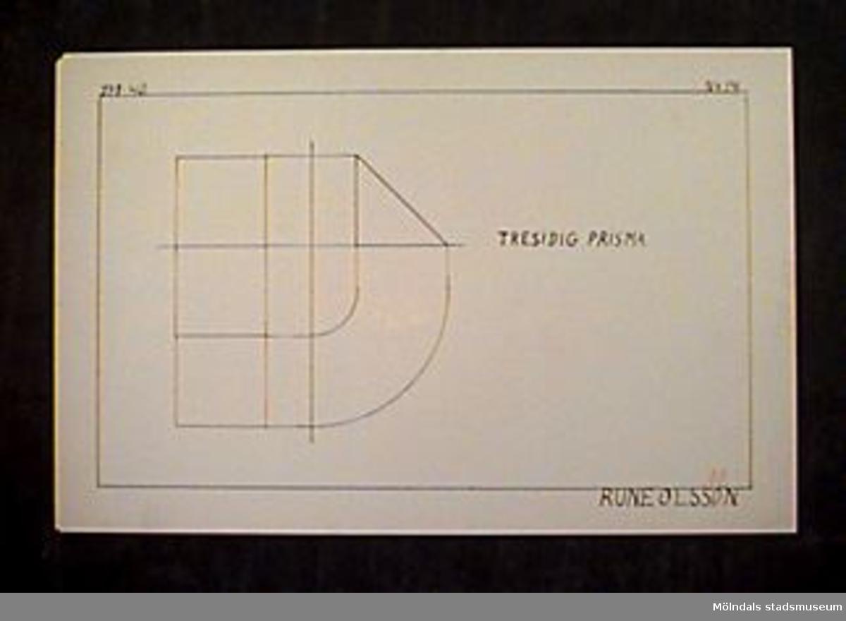 """Ritning i röd och svart tusch. Rubrik: """"TRESIDIG PRISMA"""".Längst upp till vänster står """"27-1-40"""" och längst upp till höger """"No 14."""". Betygssatt: """"AB"""" med rödpenna nere till höger. Längst ner till höger också """"RUNE OLSSON."""" med tusch.Givaren gick hela sin skoltid i Toltorpsskolan."""