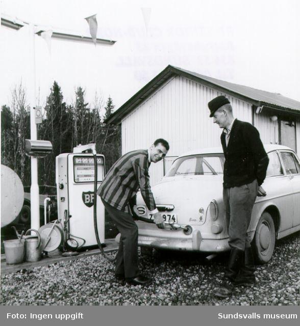 BP:s  bensinstation i Dingersjö, Njurunda. Bensinstationsföreståndaren Lennart Gahn tankar en Volvo Amazon.