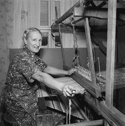 Kvinna väver trasmatta i Västansjö.