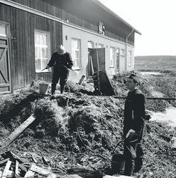 Brandmän vid en  ladugårdsbyggnad.  Skolavslutning  Fillans