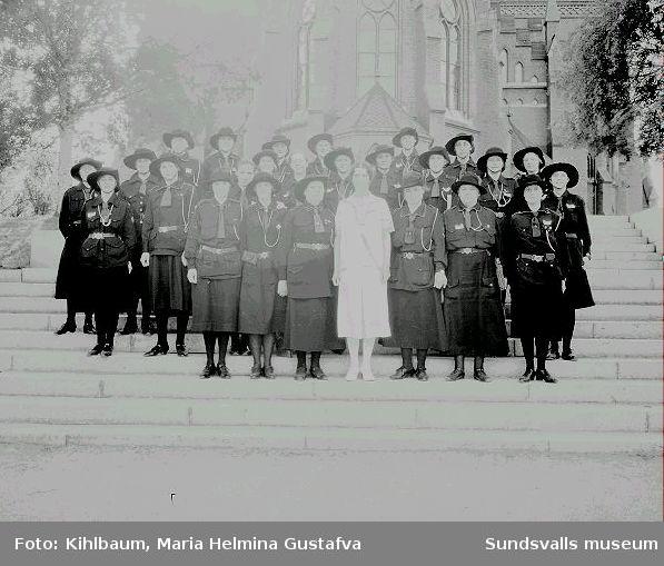 Grupporträtt, kvinnliga scouter utanför Gustav Adolfskyrkan. Enl. uppgift på embalaget står grevinnan Bernadotte i mitten.