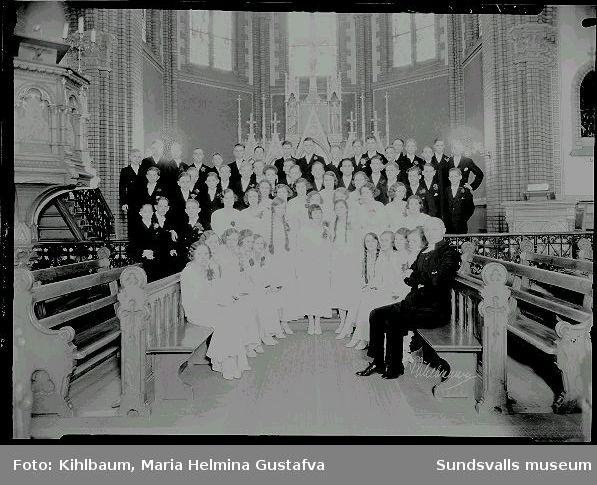 Grupporträtt. Konfirmation, flickor och pojkar i Gustav Adolfs kyrka.