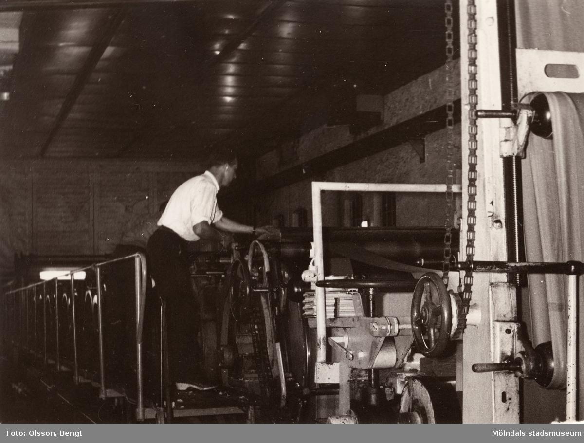 Pappersmaskin. PM 10, torkpartiet på Papyrus i Mölndal år 1962. Kurt Floman vid maskinen.