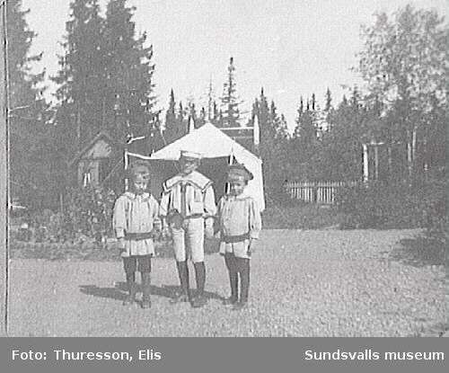 Tvillingarna Walter och Bertil Thuresson samt i mitten troligen Ragnar.