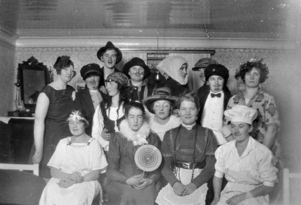 Utklädd personal på Stretereds skolhem. Med på bild finns systrarna Karin och Anna Hasselberg (gift Larsson).