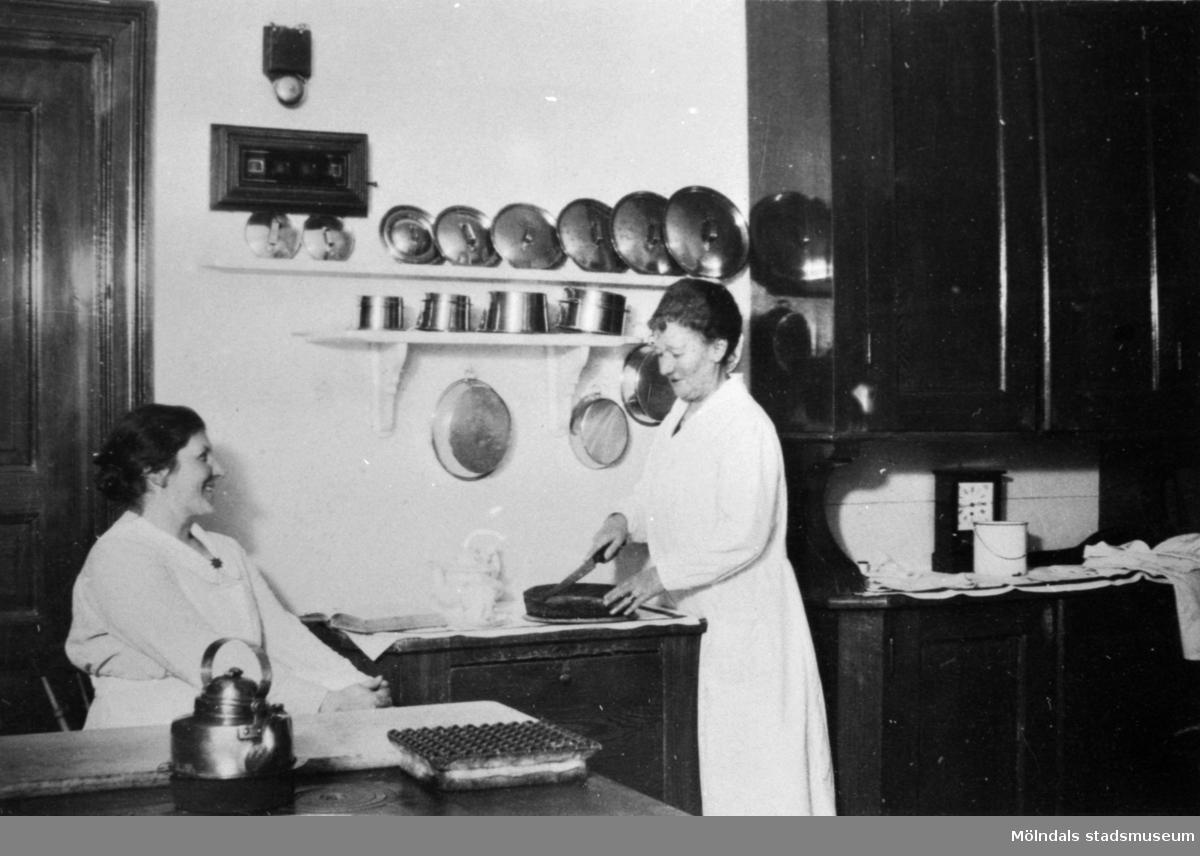 Husmor fru Jönsson med biträde i köket på Stretereds skolhem, 1926.