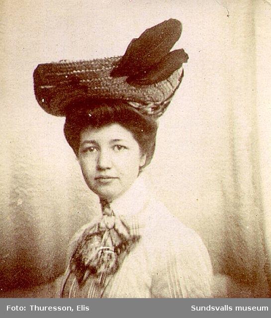 Kvinna i elegant hatt.