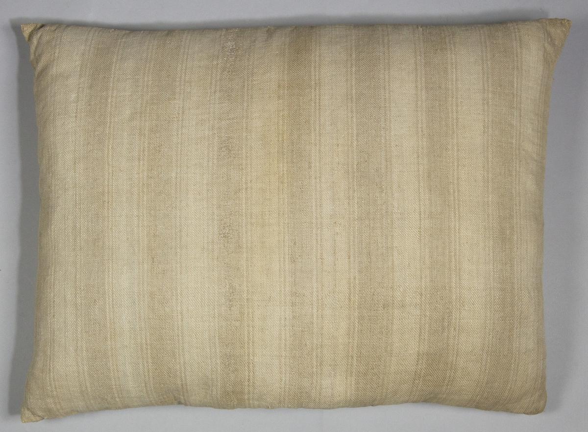 Kudde, tillverkad av handvävt linnetyg, vävt i kypert. Varpen randig i blekt och oblekt, inslaget enfärgat. Fyllning: dun.