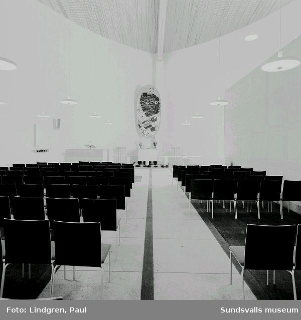 """Interiör från Nacksta kyrka, ritad av arkitekt Peter Celsing och invigd 1969. I fonden Vera Nilssons altartavla """"De tre vise männen""""."""