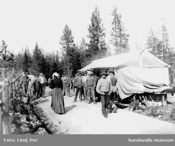 Människor besöker torget i  Alby 1898.
