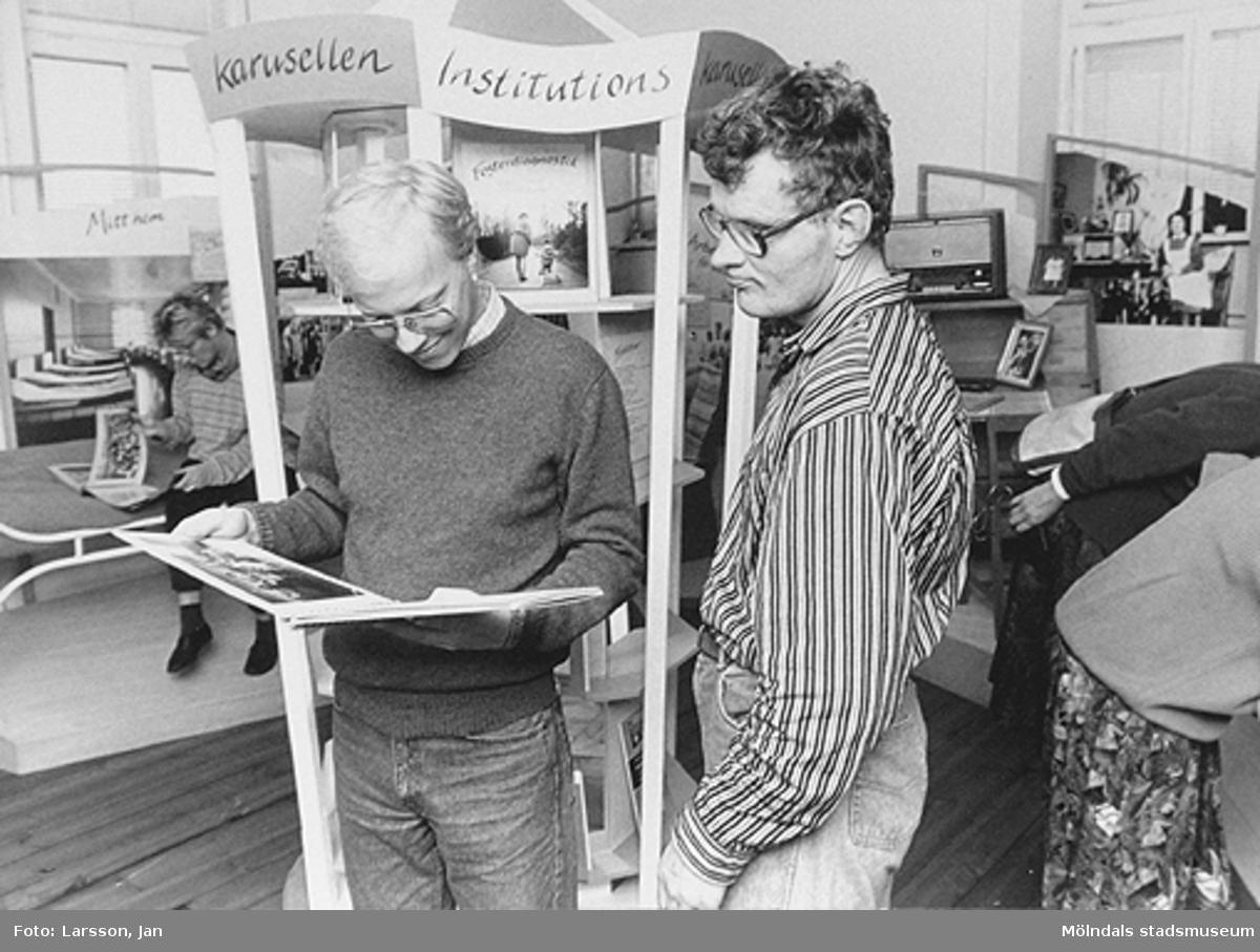 """Interiörbilder från utställningen """"Är du inte riktigt klok?"""". En utställning om utvecklingsstörda medmänniskor från Stretereds skolhem och institutionsvård. Visades 16 mars - 14 oktober 1990 på Mölndals museum (senare Mölndals stadsmuseum). Visningsbilder."""