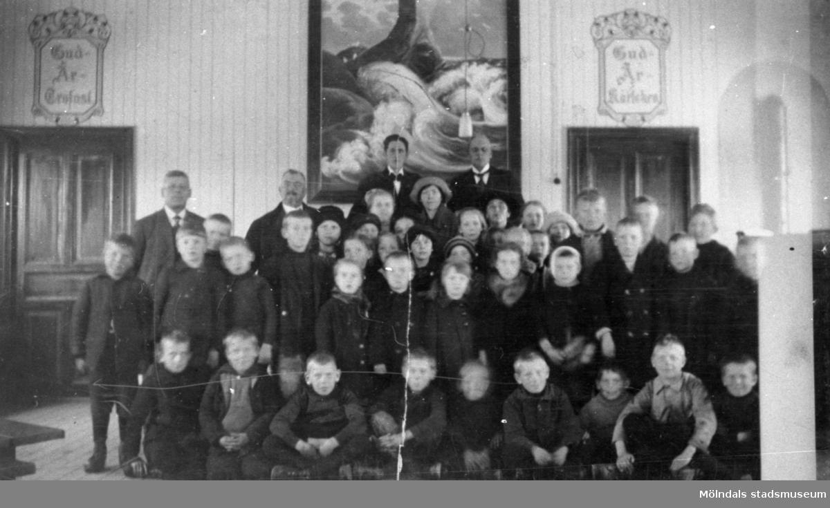 """Metodistkyrkan, gamla kapellet i Forsåker. Över vänstra dörren står det: """"Gud är trofast"""". Över högra dörren står det """"Gud är kärleken"""".1910-tal."""