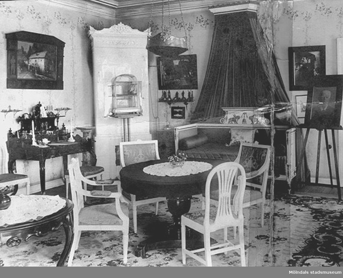 """""""Soffan kanske har stått på Gunnebo då det ägdes av andra än familjen Hall. Det är emellertid ingen Carlberg-soffa"""".  Fotot ursprungligen överlämnat till kommunalborgmästare Karl-Eric Bergquist i samband med ev. försäljning av soffa."""