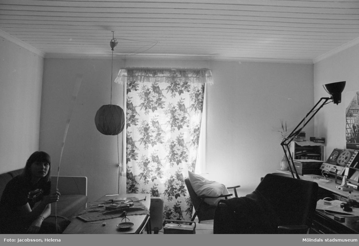Bostadshus Roten M 11-12, okänt årtal. Ett hobbyrum och en okänd person.
