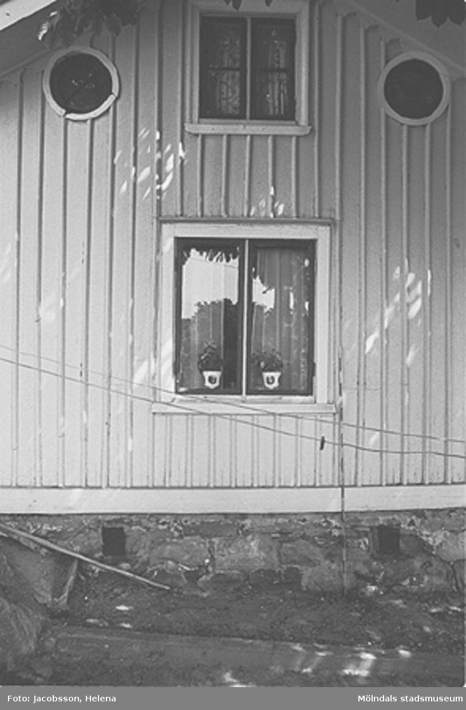 Exteriör av bostadshus med bergstomt på Roten M 29 i Mölndals Kvarnby, 1972.