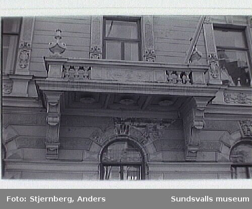 Byggnadsdetaljer på hotell Knaust samt annexet. Byggnaden uppförd 1891 efter ritning av dåvarande stadsarkitekt Sven Malm. 1906 utökades hotellet med ett annex mot Kyrkogatan efter ritning av stadsarkitekt Nathanael Källander.