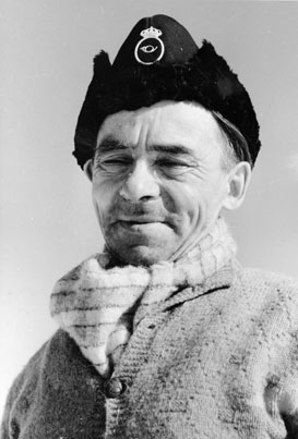 Lantbrevbärare Oskar Johansson,  Vuonatjviken, (körande snövessla) på linjen  Långudden-Vuonatjviken  (33 km.)  April 1952.