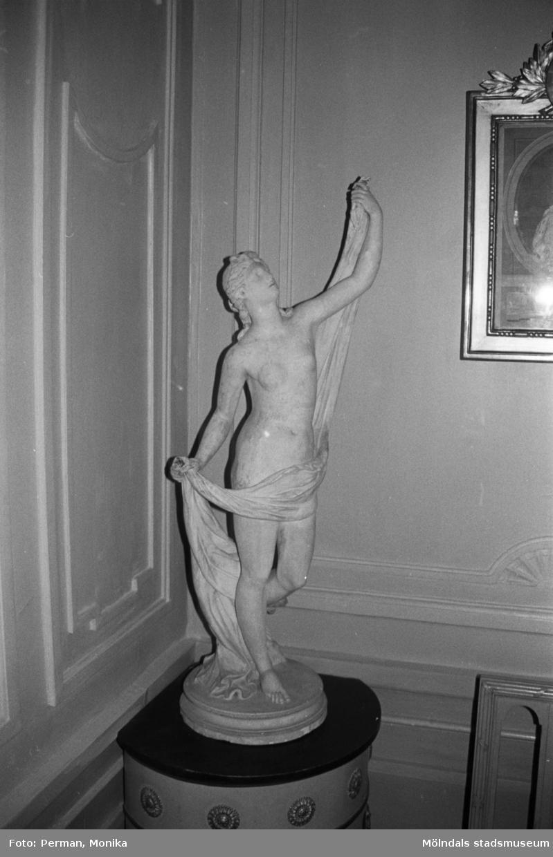 Antikvarisk storstädning på Gunnebo slott 1992. En kvinnofigur placerad på en piedestal.
