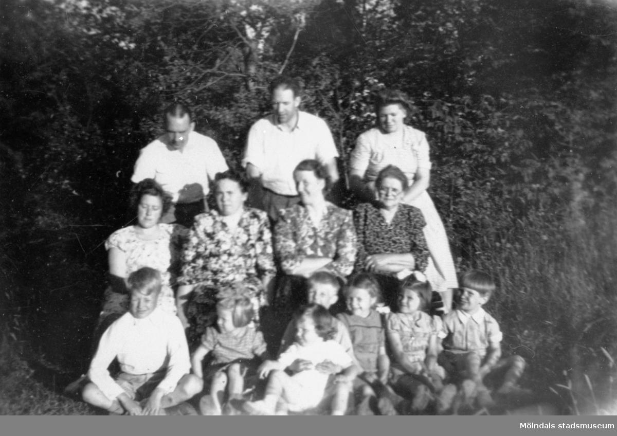 """Släktingar och grannar fotograferade i närheten av """"Byggninga"""" (gamla brandstationen) i Lindome sommaren 1950. De var textilarbetare vid August Werners spinneri och färgeri."""