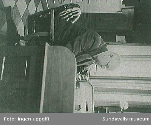 Ingenjör Sätterström vid sitt arbetsbord på eletricitetsverket, mitten  av 1930 - talet.