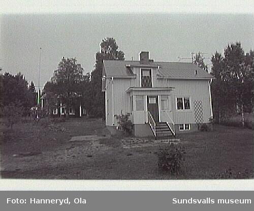Kulturmiljinventering i Holms s:n.Bild 08 Bostadshuset m mangårdsbyggnaden i bakgrunden.