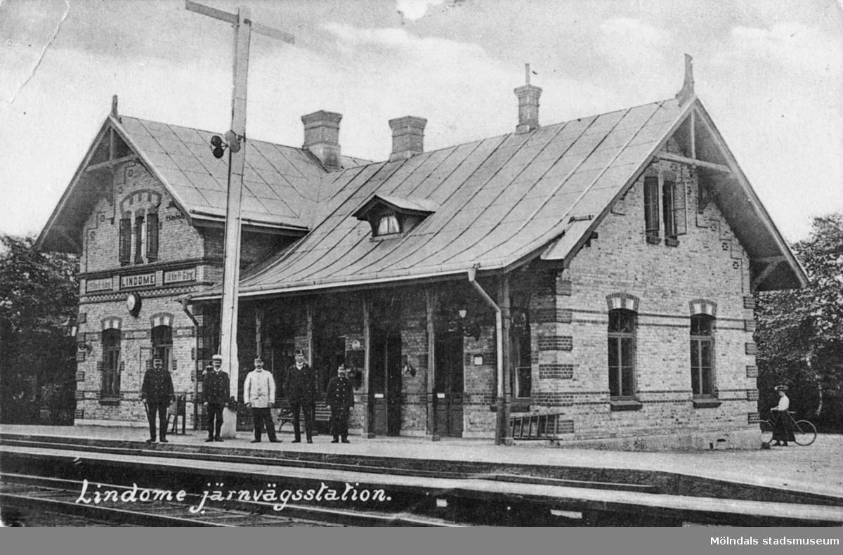"""Gamla järnvägstationen """"Stationshuset"""" i Lindome, med stins och personal."""