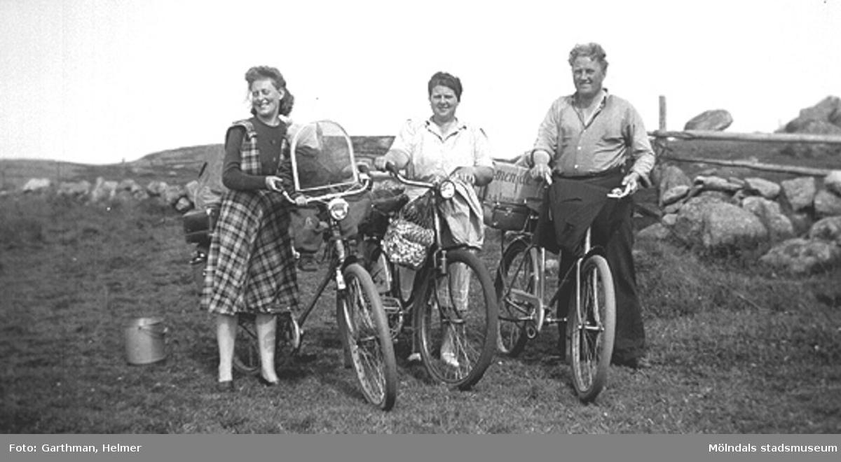 Astrid Garthman med sonen Leif-Åke på styret, svägerskan Gullan (Ester) och Gustav Andersson på cykeutflykt i Fjärås, år 1944. Astrids son Alf Garthman arbetade många år på Mölndals stadsmuseum.