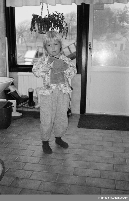 Ett barn, som precis har tvättat händerna, står och torkar sig på en handduk. Inomhus på Katrinebergs daghem.
